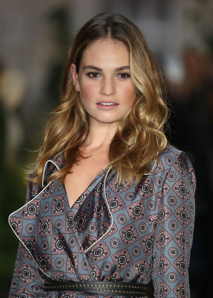 une coloration blonde sur brune très subtile, pointes des cheveux effet blond soleil, cheveux brillants et ensoleillés