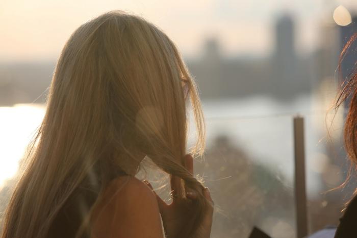 balayage californien, meche blonde, fille au bord de la mer, coucher de soleil, cheveux blond, lunettes de soleil