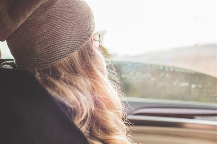 blond californien, bonnet gris, cheveux longs bouclés, voyage en voiture, lunettes de soleil, cheveux blond
