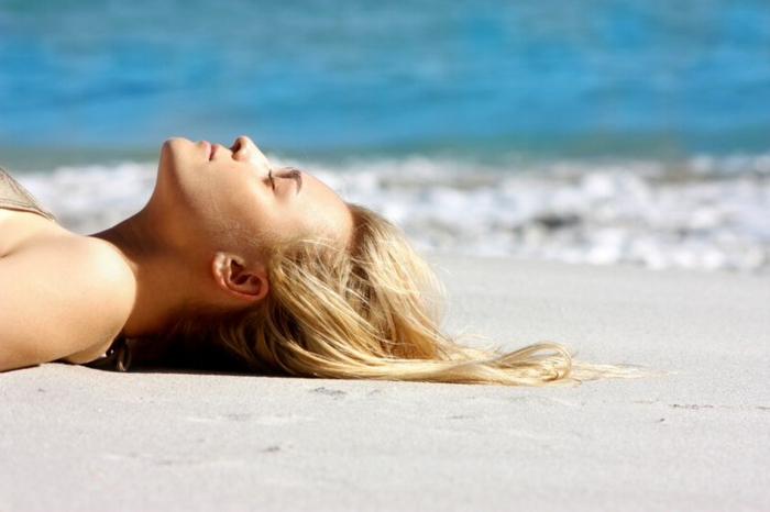balayage blond, fille blonde, plage, mer, vagues, maillot de bain nuance dorée, couleur blonde