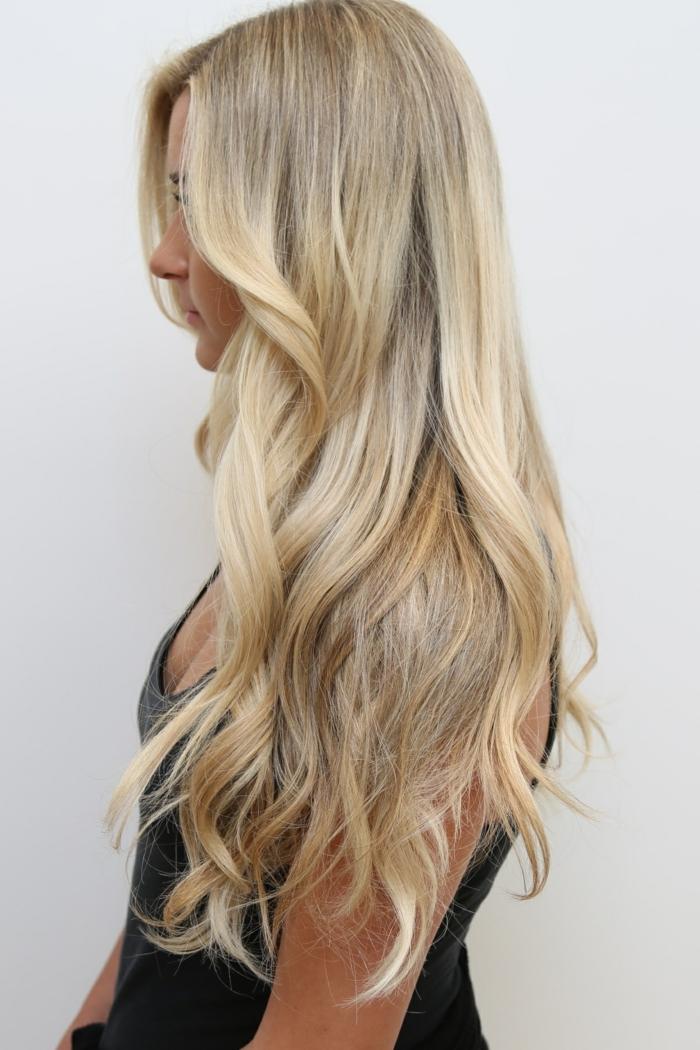 couleur blonde, cheveux longs bouclés, balayage blond, débardeur noir, cheveux blond
