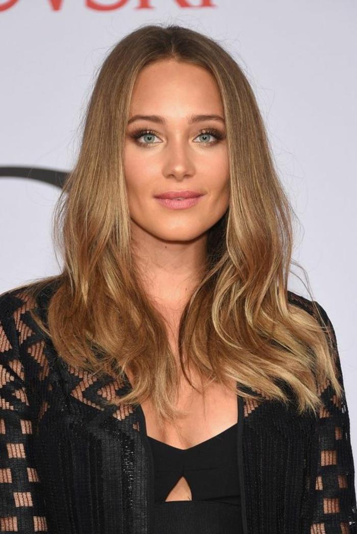 une couleur de cheveux caramel et miel, le blond cuivré d'un aspect naturel, un maquillage naturel et teint frais