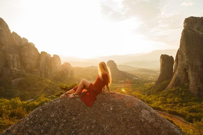 couleur blonde, fille nature, montagnes, coucher de soleil, robe longue rouge, blond californien