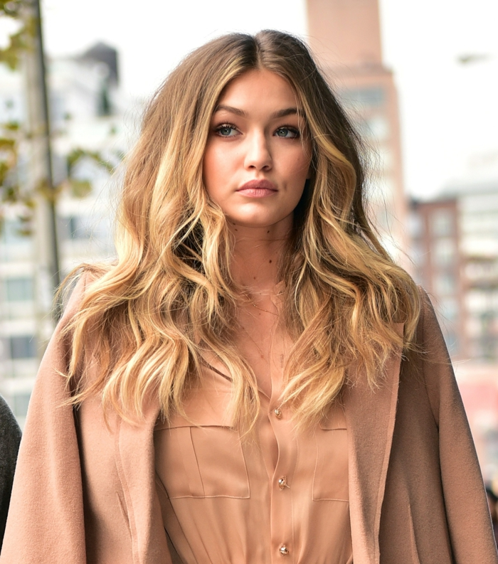 couleur blonde, Gigi Hadid, chemise couleur nude, collier en or, blond californien, veste nude, nature