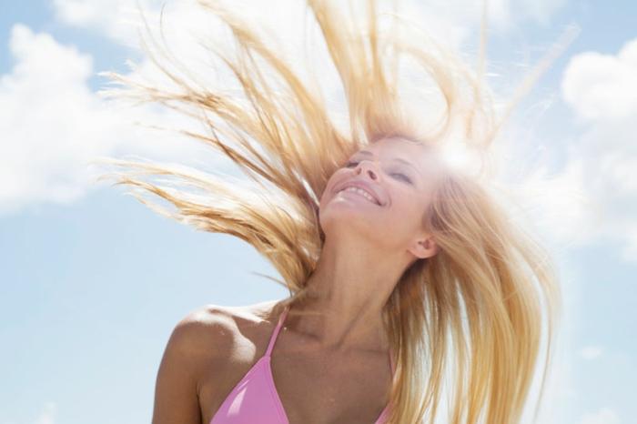 couleur blonde, femme souriante, maillot de bain rose, ciel, nuage, cheveux blonds