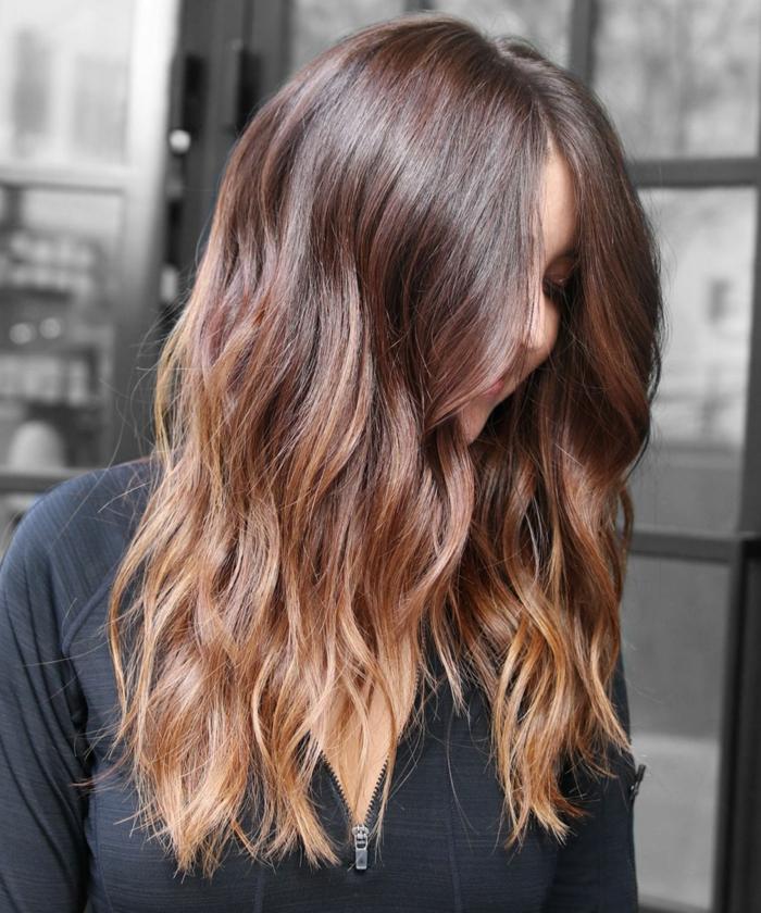 une couleur châtain naturelle aux reflets auburn, comment adopter la coloration blonde sur brune
