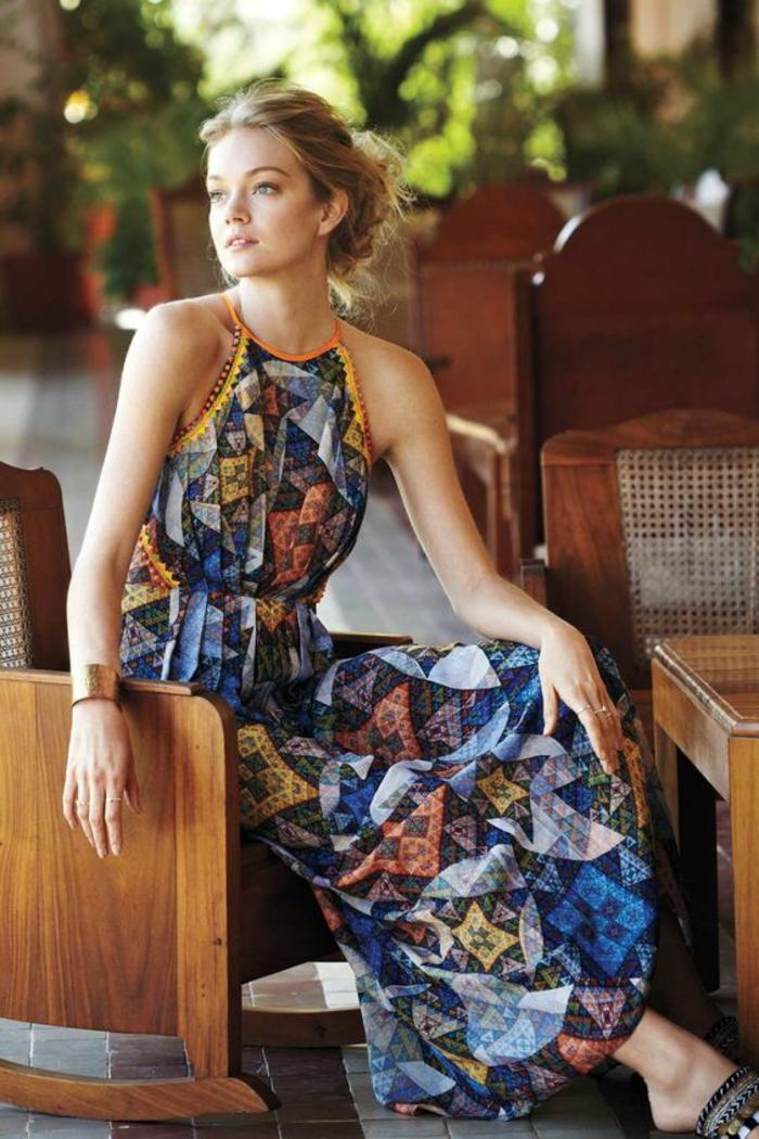 une longue robe ethnique à col tour du cou, comment porter la robe longue fluide cet été