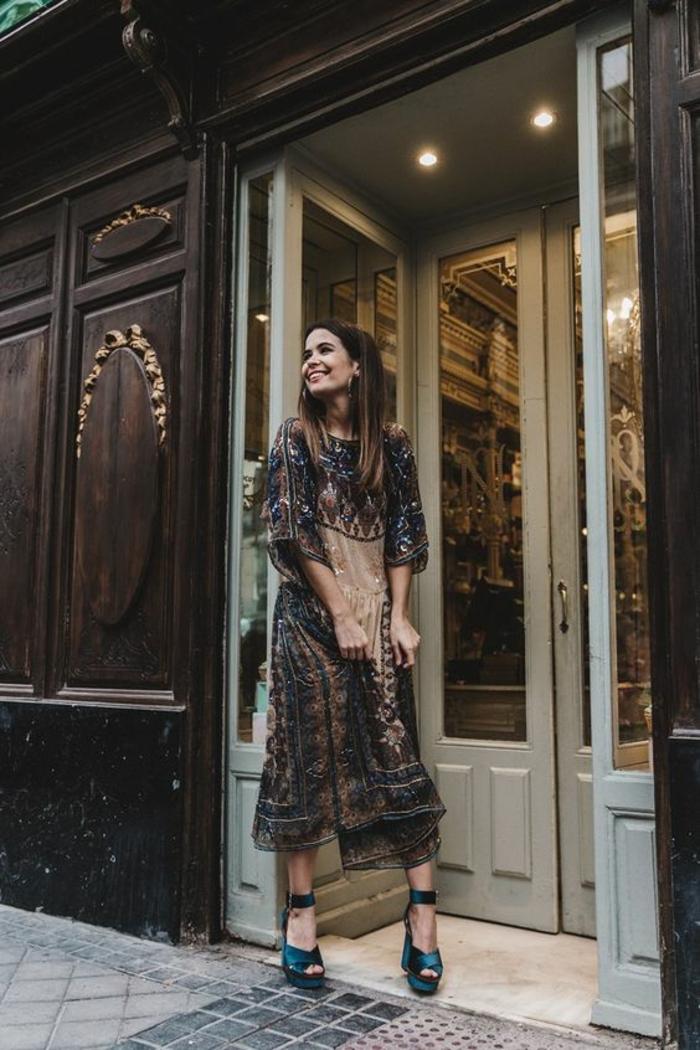 une longue robe gypsy en sequins à l'imprimé ethnique combinée avec des chaussures à semelle compensée avec bride