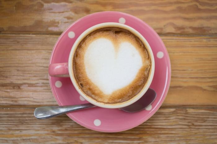 truc cool a faire quand on s ennuie, tasse de café rose, dessin cœur, table en bois, art barista