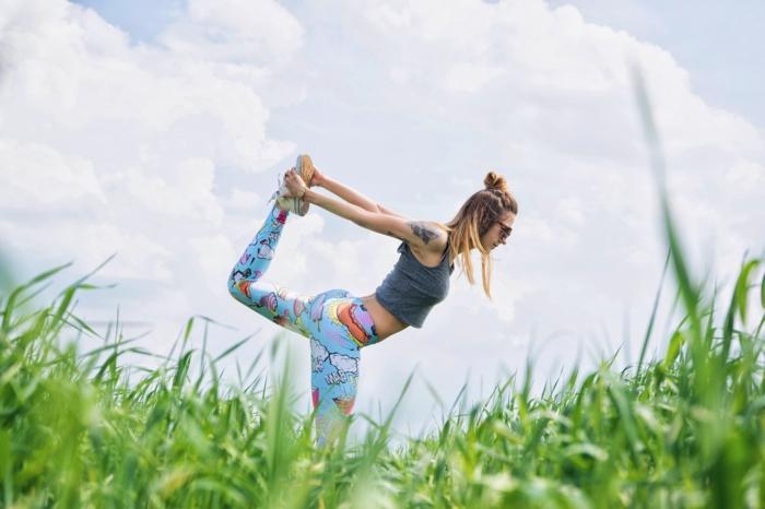 comment occuper son temps libre, nature, faire des exercices, legging bleu, exercices sport, femme blonde, perdre du poids, programme fitness femme