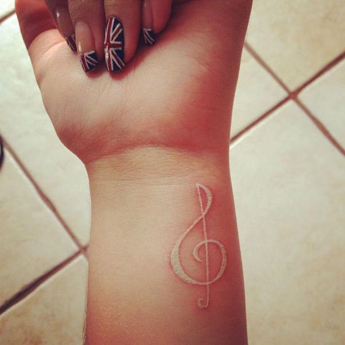 clef de sol tatouage poignet encre blanche tattoo blanc musique