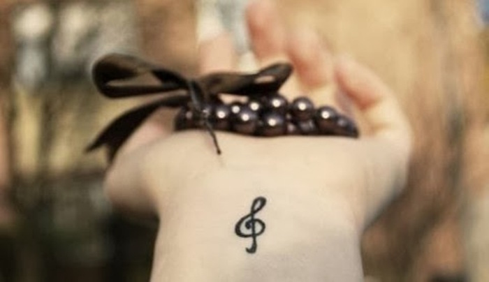 exemple petit tatouage clé de sol poignet femme idée tattoo