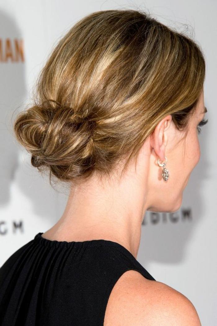 quelle coiffure pour mettre en valeur la coloration bronde, un chignon bas flou élégant