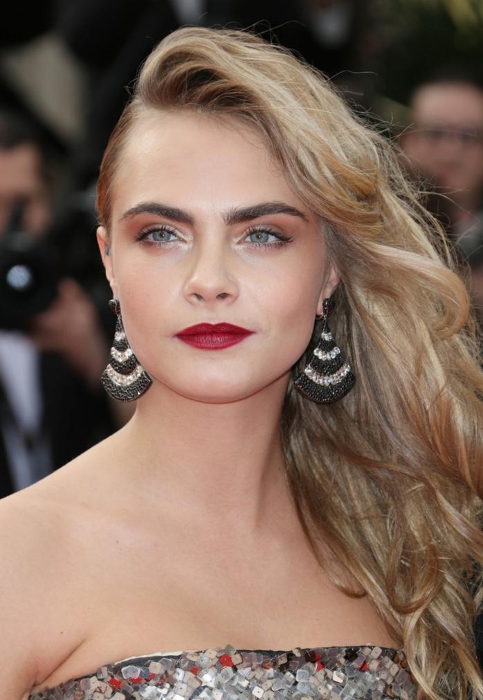 une coiffure de côté façon rock et un joli teint poudré, une coloration bronde naturelle sublime