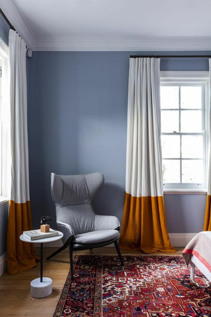 un coin de lecture au design moderne dans la chambre à coucher, des rideaux bicolore en blanc et couleur jaune moutarde