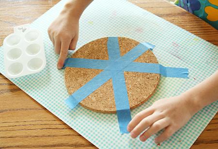 sous verre customisé à la peinture, idée de bricolage enfant, activité manuelle maternelle primaire, couvrur un cercle en liège de bandes de masking tape, tutoriel pour faire un cadeau fete des peres
