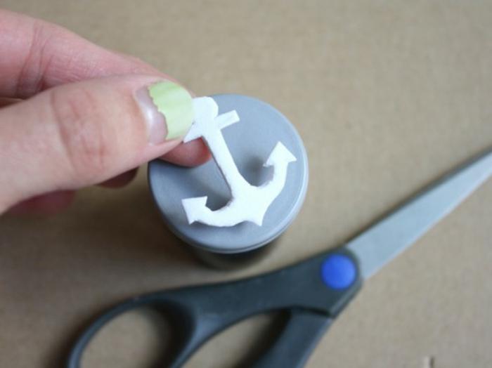 coller le papier mousse sur un support de cachet, cadeau fete des peres tutoriel pour customiser une pochette de costume, mouchoir