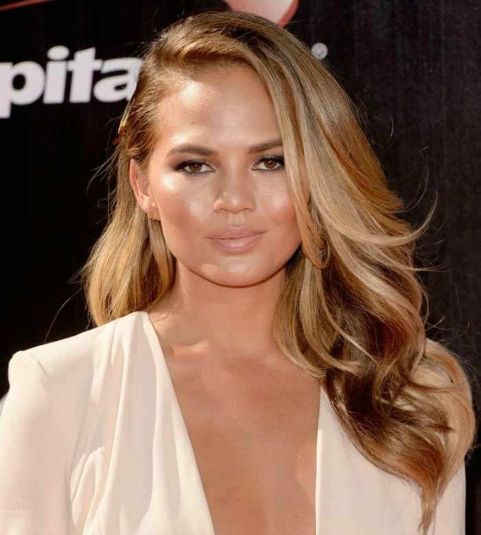 la façon élégante de porter ses cheveux bronde, nuances cuivrées et dorées pour une couleur plus chaude