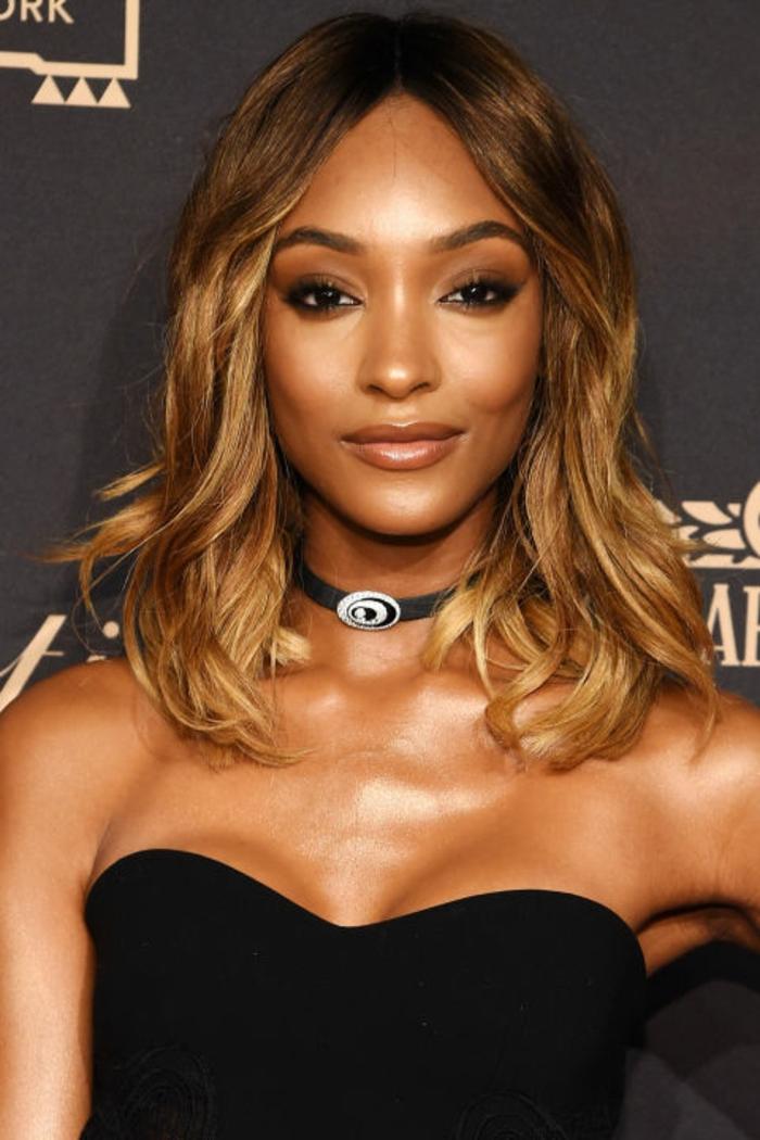 comment réussir une coloration blonde sur brune, balayage tendance pour les femmes au teint mat