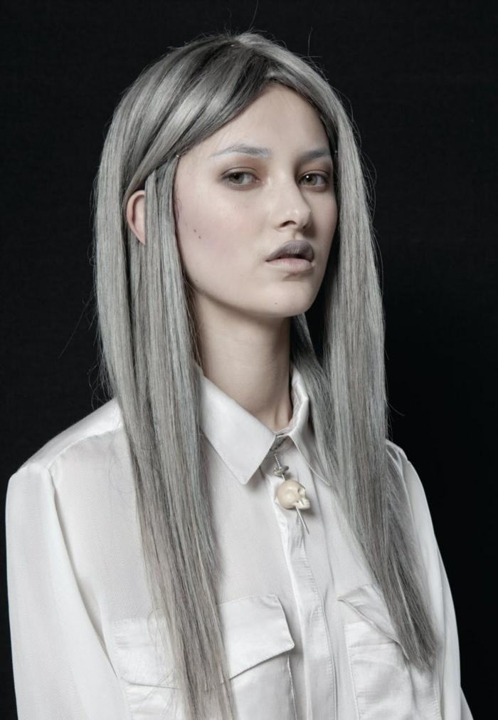 meche femme, nuance de gris, chemise blanche avec col, teinture grise, racines noires