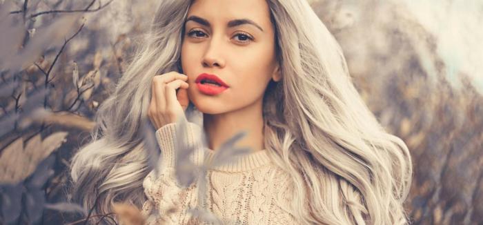 nuance de gris, pull en crochet nude, rouge à lèvres, maquillage yeux naturel, teinture grise