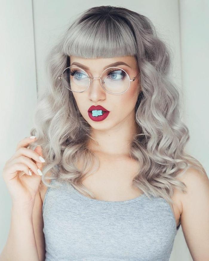 couleur gris cheveux, débardeur gris, cheveux bouclés avec frange, teinture grise, manucure blanche