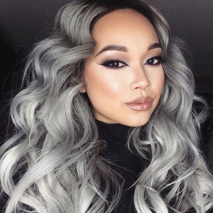 nuance de gris, coloration grise, cheveux bouclés, pull noir, fard à paupières violet, teinture grise