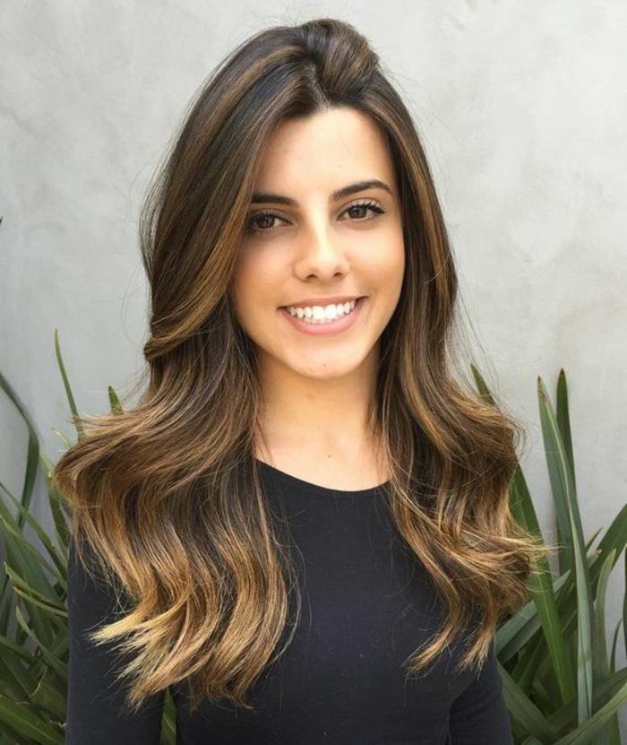 des cheveux longs dégradés avec balayage caramel, tendance capillaire cheveux bronde