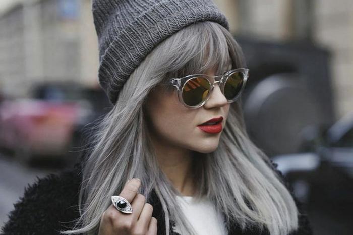 coloration cheveux gris cendré, rouge à lèvres, manteau noir en faux fur, cheveux raides