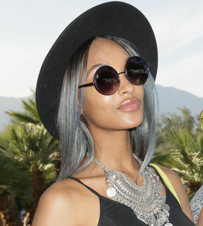 nuance de gris, collier ethnique, teinture grise, cheveux raids, mèches bleus, sac à main jaune électrique