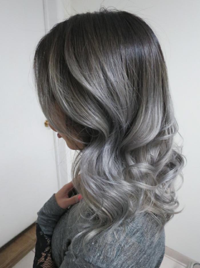 teinture grise, nuance de gris, blouse grise, décoration dentelle sur les manches, manucure électrique rose