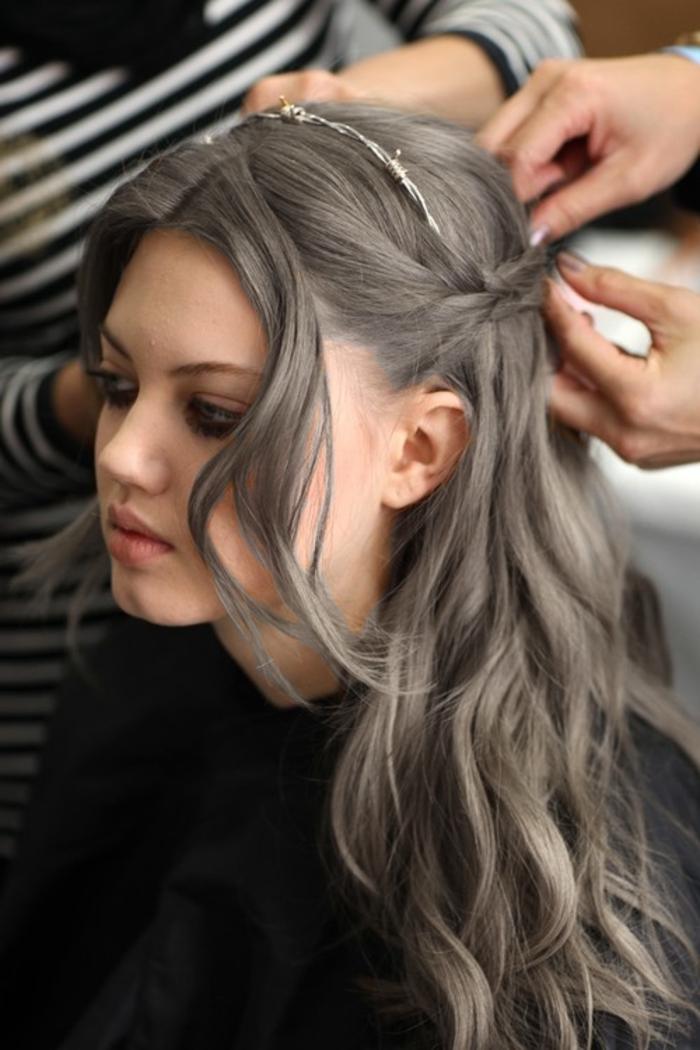 nuance de gris, coloration cheveux gris cendré, rouge à lèvre nude, cheveux bouclés, couronne cheveux, maquillage noir