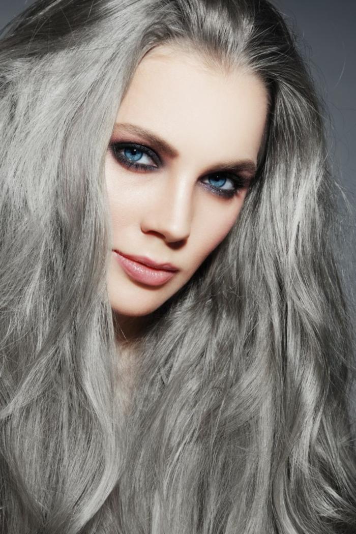 couleur gris cheveux, yeux bleus, cheveux longs, nuance de gris, rouge à lèvres rose, crayon yeux violet