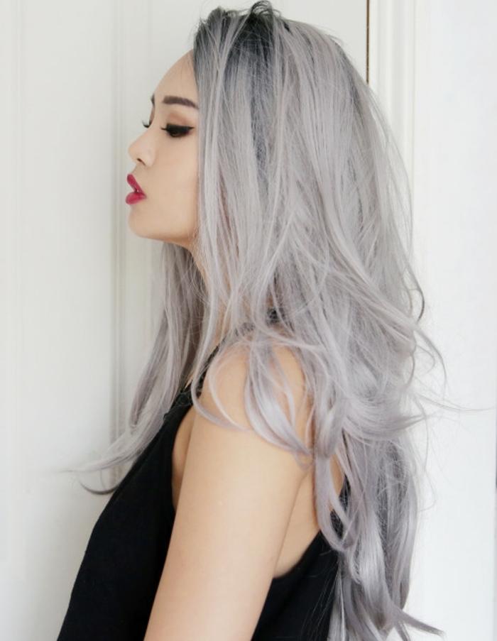 couleur gris cheveux, débardeur noir, meche femme, nuance de gris, cheveux longs, eye-liner noir