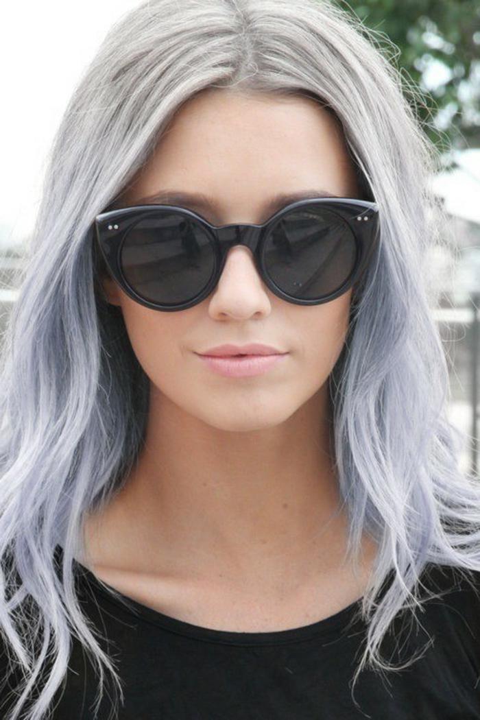 teinture grise, meche femme, mèches bleus, rouge à lèvre rose, blouse noir, lunettes de soleil noires