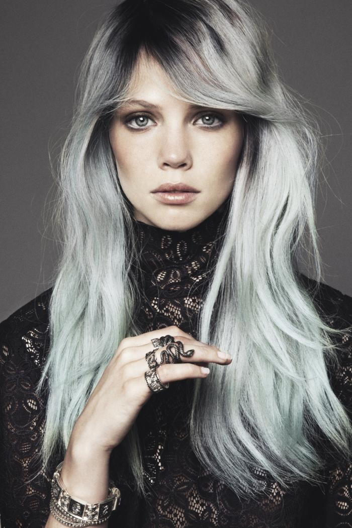 nuance de gris, coloration cheveux gris cendré, teinture grise, bague motif serpent, bracelet, robe en dentelle noire