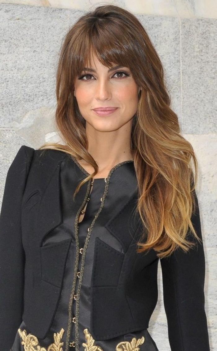 des cheveux longs dégradés avec frange, coloration bronde effet contrastée