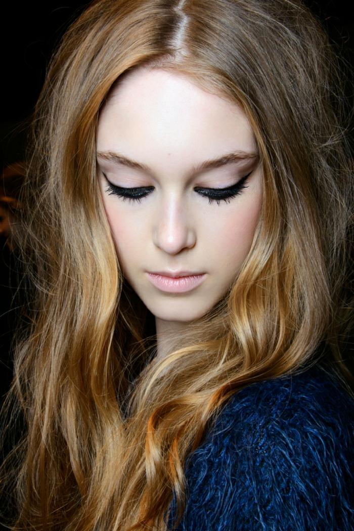 une coloration bronde qui tourne au blond vénitien, un regard de biche et teint rosé