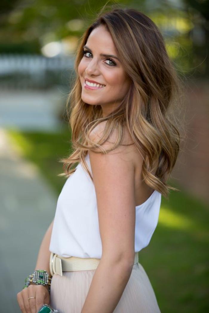 un balayage blond sur brune pour un bronde aux nuances dorées, des cheveux effet soleil