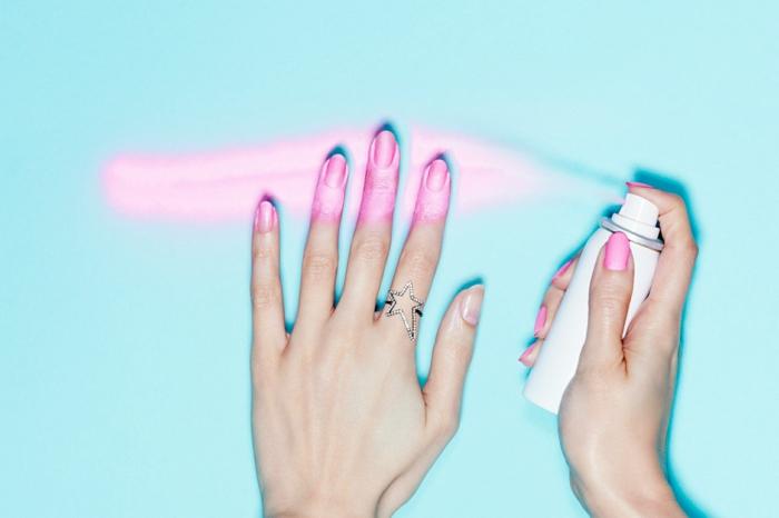 comment faire une manucure, vernis d'ongles spray, manucure rose, ongles longs, mains femme, bague étoile