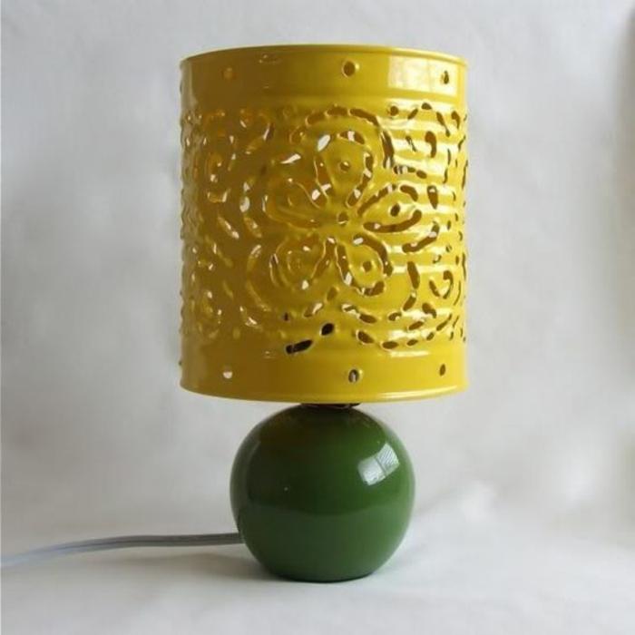 une lampe design, abat-jour fabriqué à partir de boite de conserve customisée, motifs floraux, peinture jaune, lampe vintage