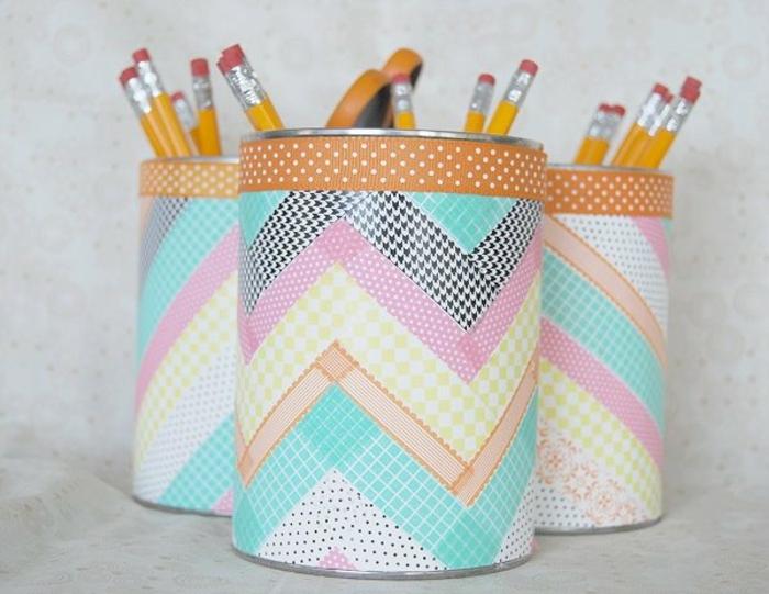 boite de conserve personnalisée de papier décoré de bandes de masking tape multicolores, idée comment fabriquer un pot a crayons