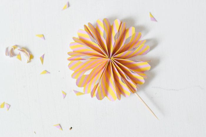 joli topper gâteau à réaliser soi-même, mini moulin à vent réalisé avec du papier et un cure-dent