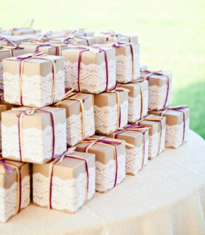 tutoriel pour fabriquer un cadeau invité soi meme, une boite de carton enveloppée d une bande de dentelle, ruban