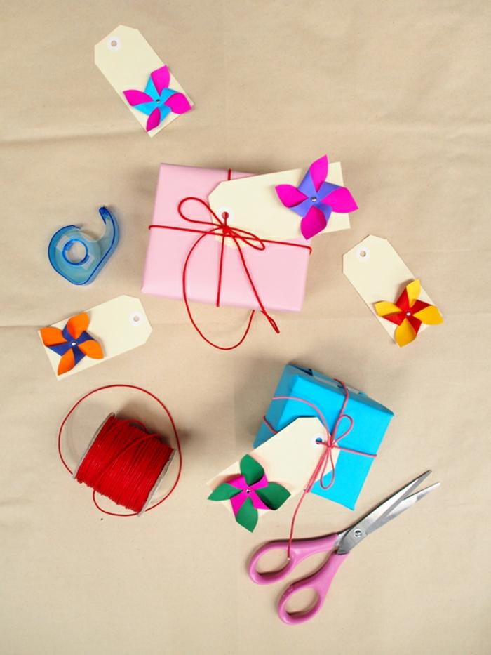 emballer un paquet de cadeau d'une façon originale, étiquette cadeau diy décorée avec mini moulin à vent à double face