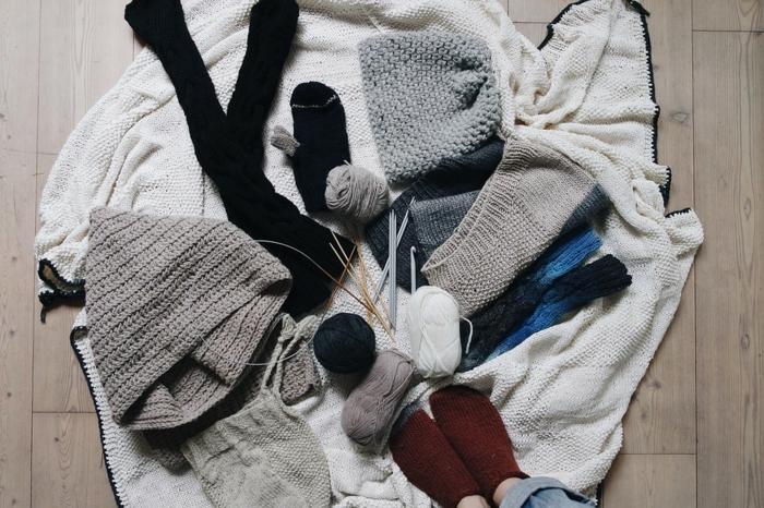 activité a faire quand on s ennuie, parquet en bois, apprendre a tricoter, pelote de laine, apprendre le crochet