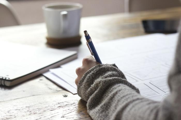 que faire pendant les vacances quand on s ennuie, tasse de café, cahier, blouse grise, ecrire une histoire