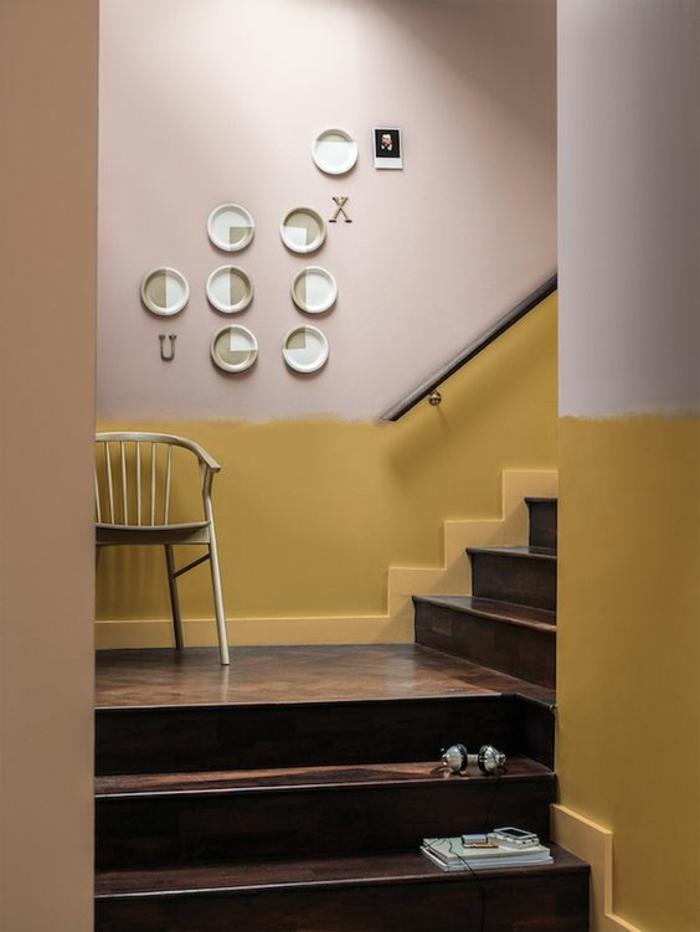 idée originale pour peindre l'escalier, mur ocre jaune doré et rose pastel associé à un escalier en bois foncé