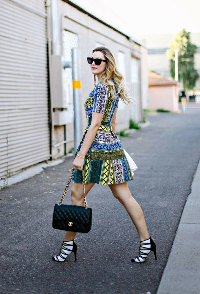 comment porter une robe à l'imprimé ethnique de façon moderne, des sandales tendance à haut talon effet cage