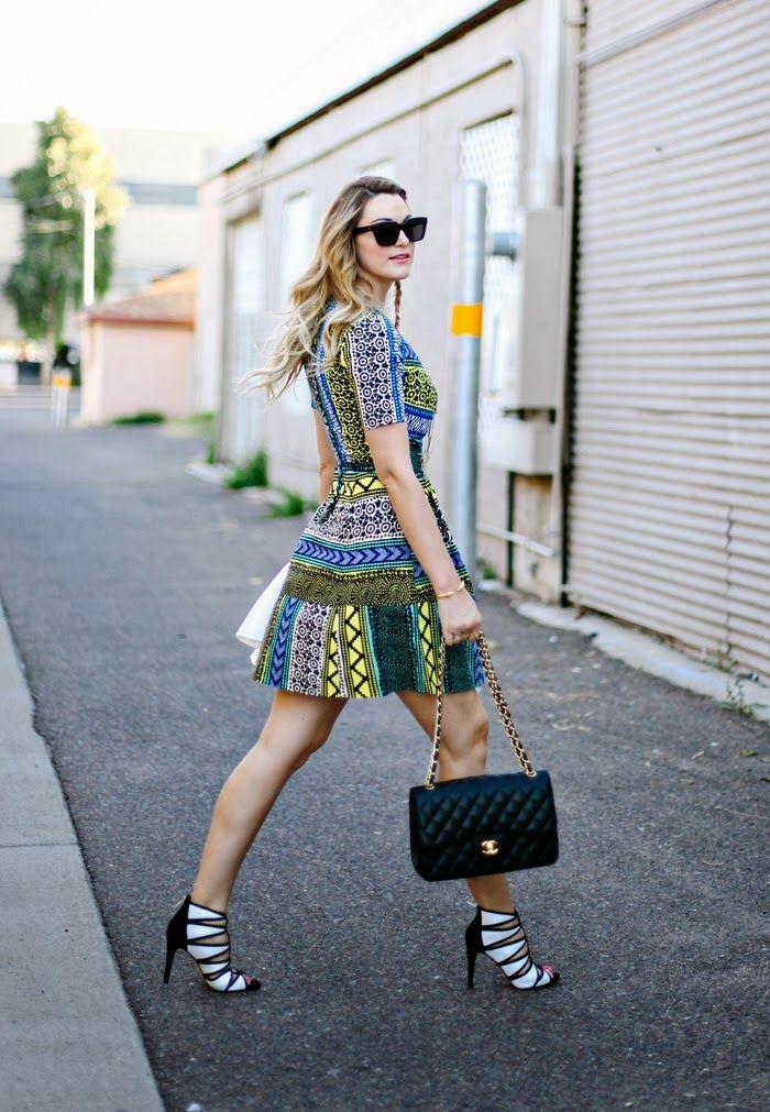 comment porter la robe africaine moderne pour une vision chic au goût du jour, une robe évasée à coupe moderne et à motifs africains bleu, fris et vert combinée avec des sandales à talons noir et blanc